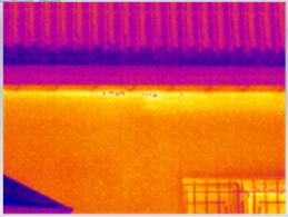МЕсто утечки тепла на стыке крыши и стены коттеджа